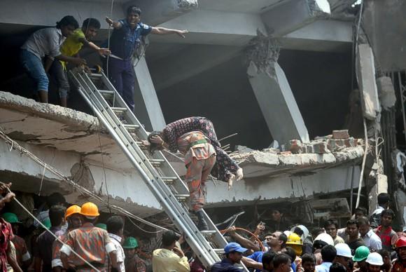 Под обломками дома в Бангладеш найдено более тысячи трупов