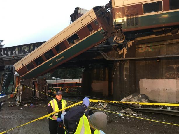 США: высокоскоростной поезд рухнул смоста, необошлось без жертв