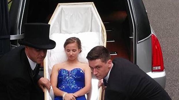 Американка приехала на выпускной в гробу