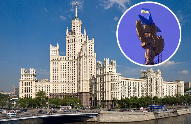 На московской высотке появился украинский флаг