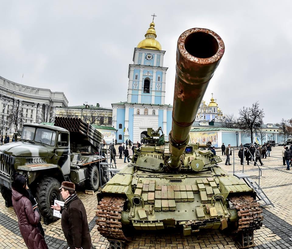 В центр Киева свезли захваченные российские танки, «Грады» и БМП