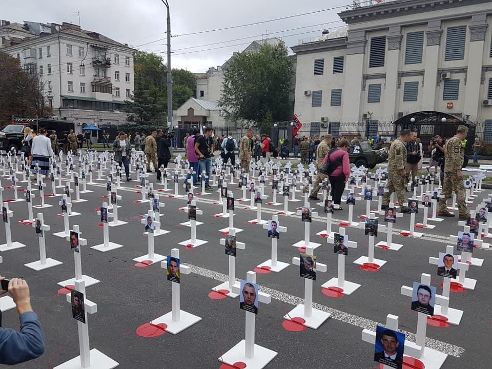 Иловайск, годовщина трагедии: Кресты у посольства РФ в Украине