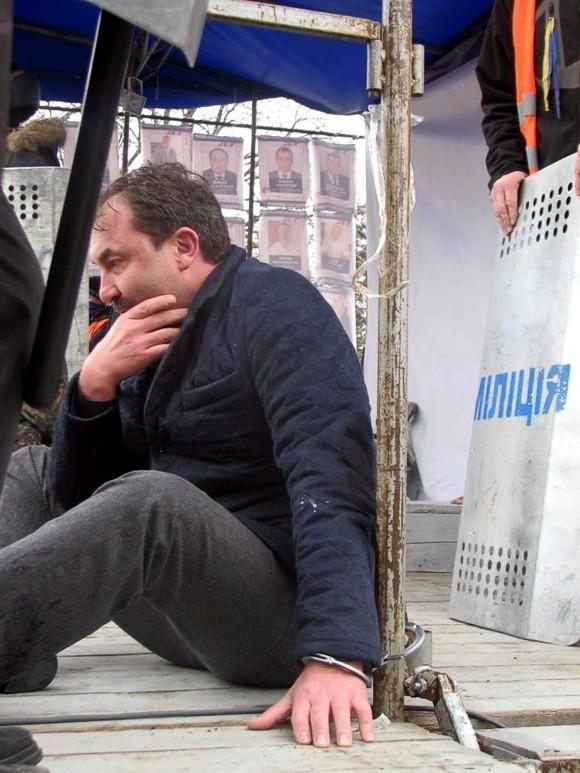 Губернатора Волыни избили и приковали наручниками к сцене