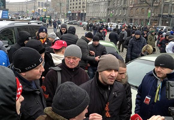 АнтиАвтомайдан заблокировал машины Автомайдана на Европейской площади Киева