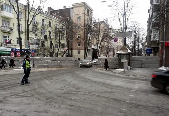 В Киеве вблизи Рады силовики за ночь построили бетонный блок-пост