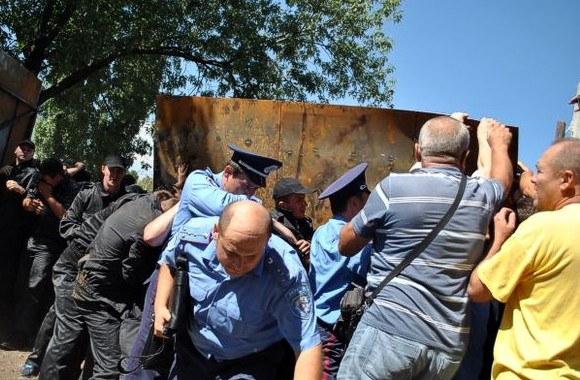 Борьба за сквер на Березняках: Протест перерос в столкновения милиции, «титушек» и активистов