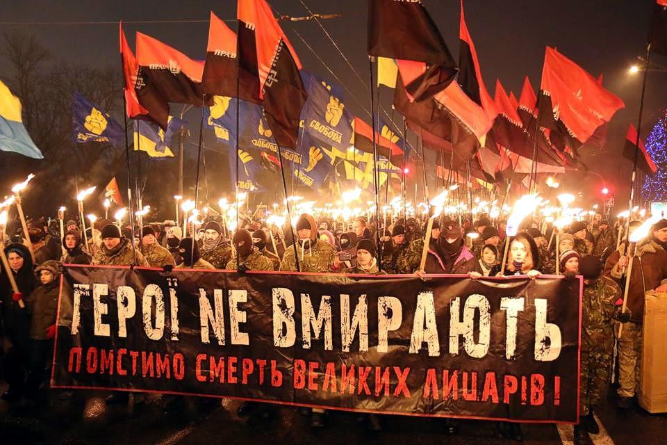 На факельное шествие в Киеве вышли несколько тысяч человек