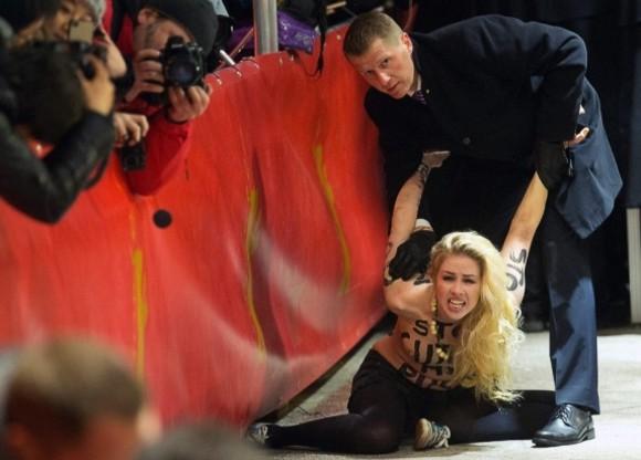 Активистки FEMEN разделись на красной дорожке «Берлинале-2013»
