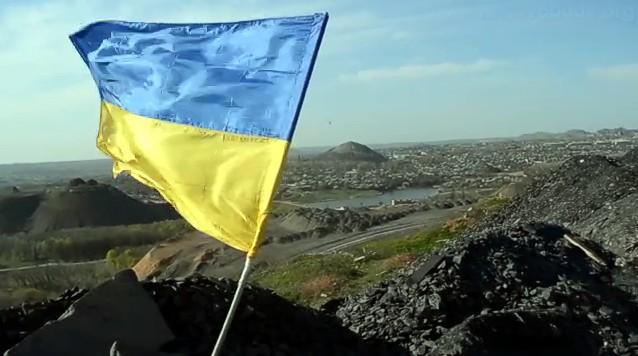 В центре Донецка на терриконе водрузили флаг Украины