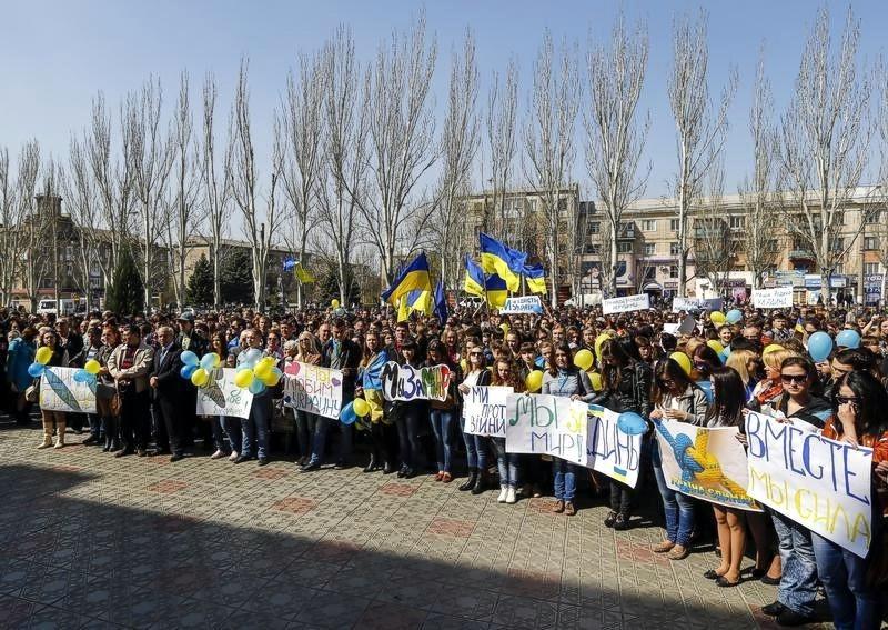 В Луганске тысячи студентов вышли на акцию за единство Украины