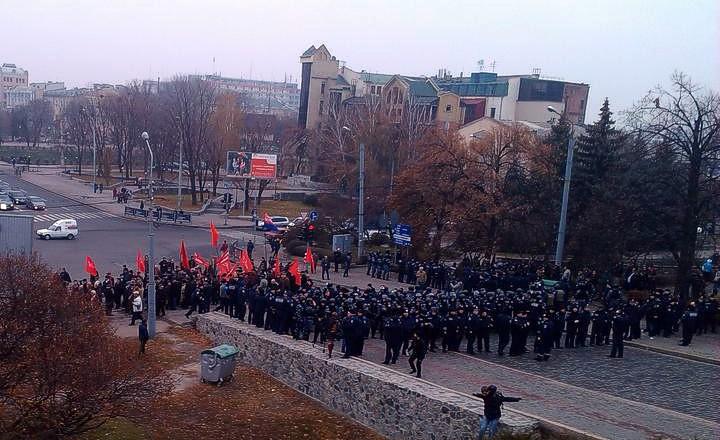 В Харькове митинг коммунистов забросали яйцами и камнями