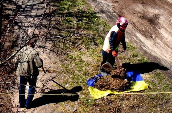 Скандал в Чернигове: коммунальщики собирали мусор на флаг Украины