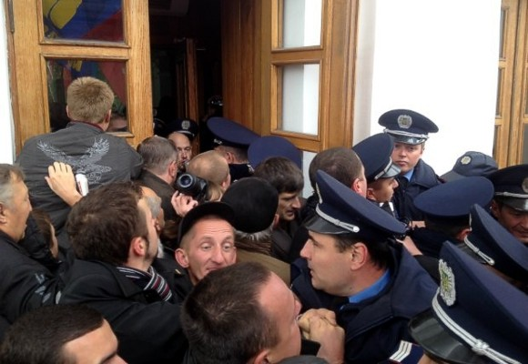 В Полтаве митингующие штурмом взяли горсовет и выломали двери в кабинет мэра