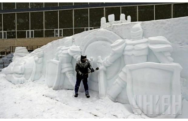 В Киеве слепили 30-метровую скульптуру из снега