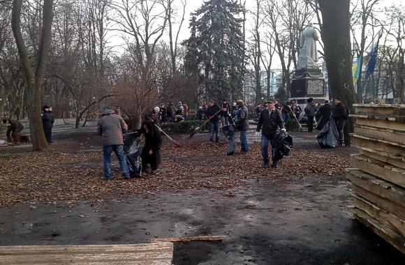 Активисты Евромайдана убрали мусор Антимайдана