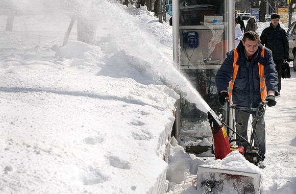 КГГА: Снег возле жилых домов начнут расчищать только на выходных