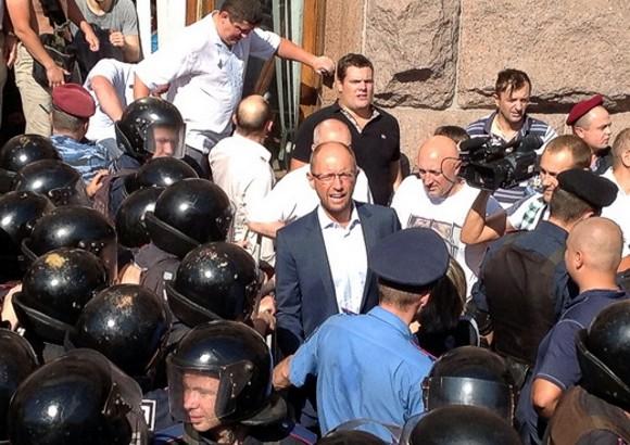Депутаты-оппозиционеры прорвались в здание КГГА через окно