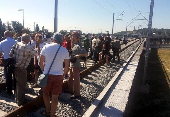 В Киеве обманутые железнодорожники заблокировали новый мост на Выдубичах