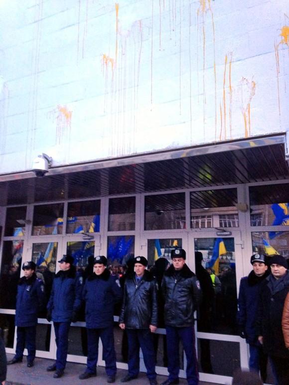 В Киеве митингующие забросали яйцами здание МВД