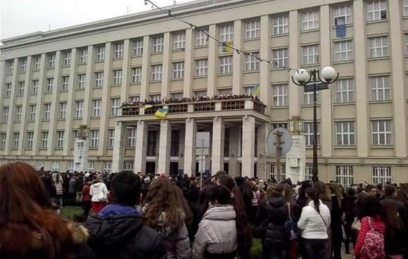 В Ужгороде активисты захватили Закарпатскую ОГА