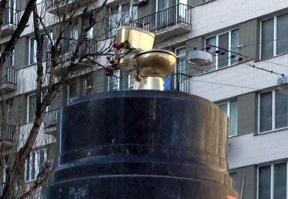 В Киеве на месте «свергнутого» памятника Ленину установили «золотой» унитаз