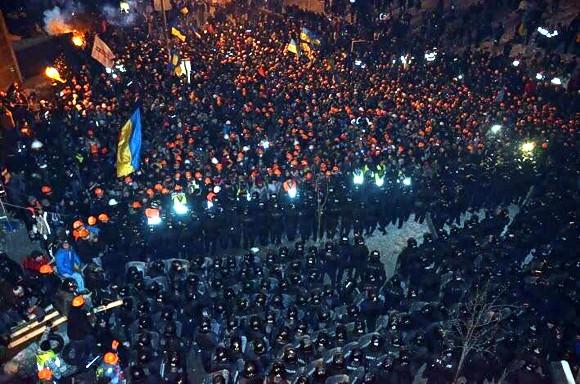 Силовики под покровом ночи начали штурм Майдана