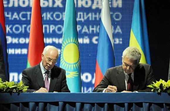 Премьер Азаров подписал меморандум с Таможенным союзом