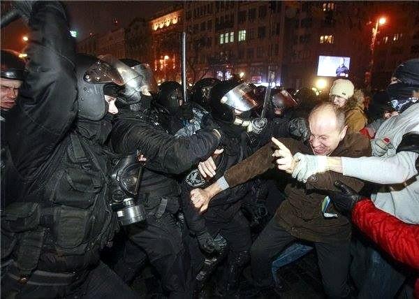 Евромайдан ночью разогнал крымский спецназ МВД