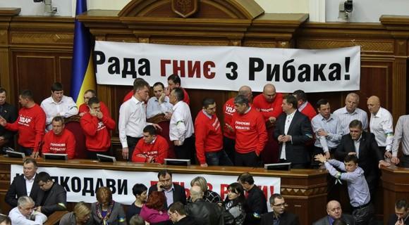 Депутаты от оппозиции блокируют пустой президиум Рады