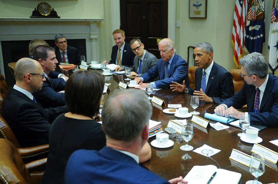 Обама пообещал Яценюку сохранить санкции против России