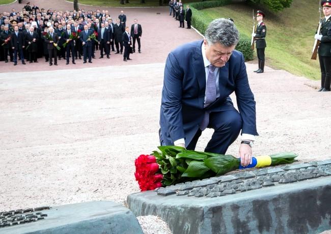 Порошенко почтил память жертв трагедии Бабьего Яра