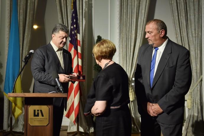 Порошенко в США передал орден семье погибшего в АТО добровольца