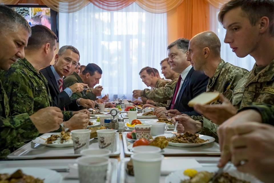 Порошенко накормил генсека НАТО солдатской гречкой с мясом