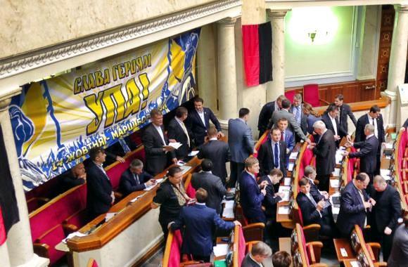 Депутаты от ПР и КПУ покинули зал Верховной Рады из-за символики УПА