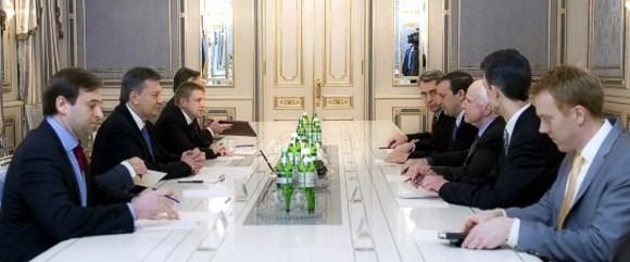 Янукович заверил сенаторов США в неизменности курса на евроинтеграцию