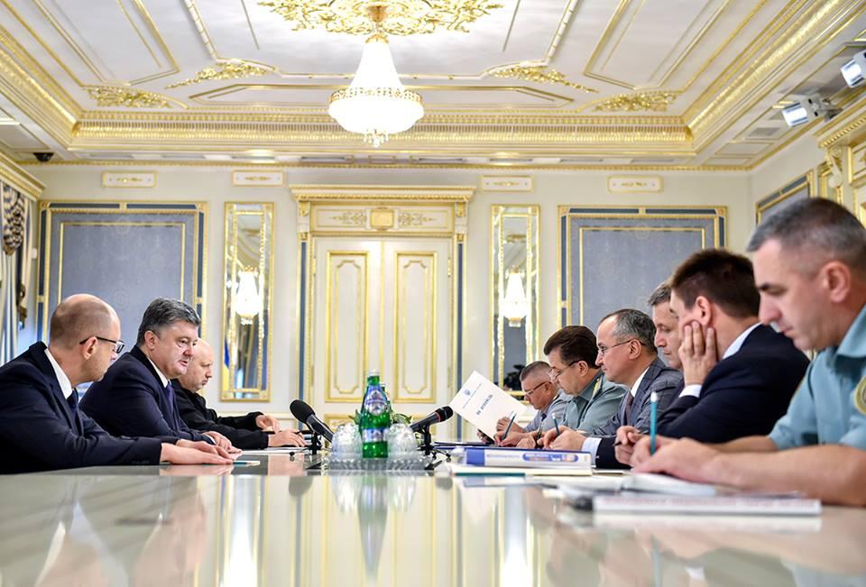 Яценюк: Порошенко экстренно созвал военный кабинет СНБО
