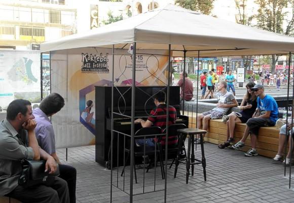 В центре Киева по субботам будут играть на уличном пианино известные музыканты