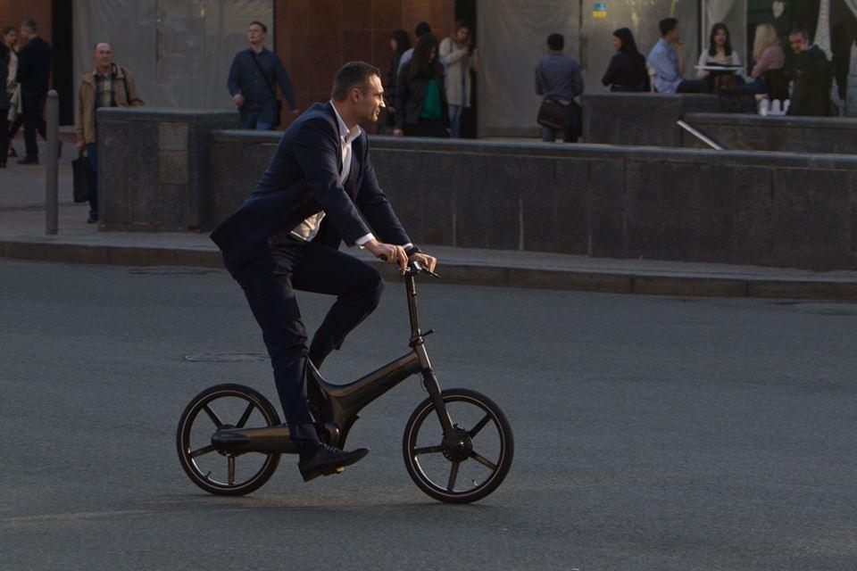 Виталий Кличко по дороге на работу упал с велосипеда