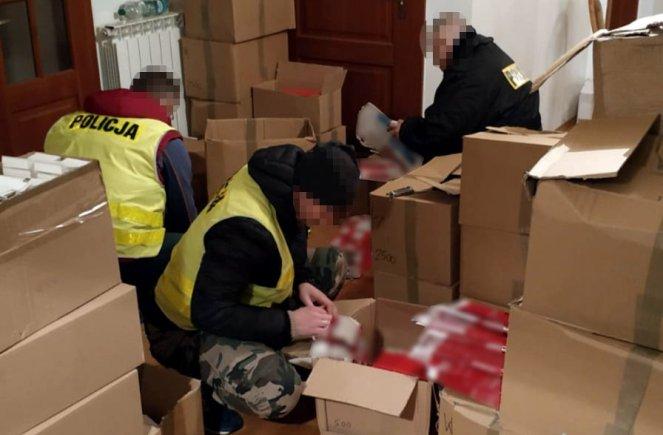 Возле Варшавы разоблачили незаконную фабрику сигарет, где работали украинцы