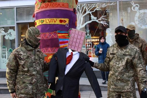 Во Львове залили кровью магазин Roshen и повесили чучело Порошенко
