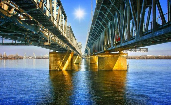 Девушка прыгнула с моста в Днепр после ссоры с любимым