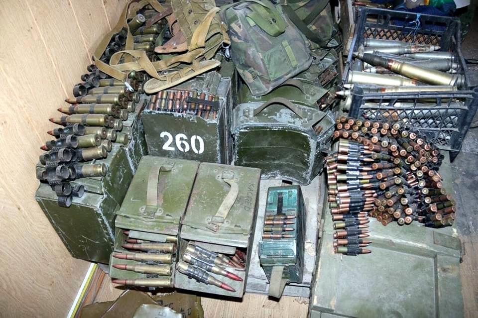 В общежитии Мариуполя найден огромный арсенал оружия и боеприпасов