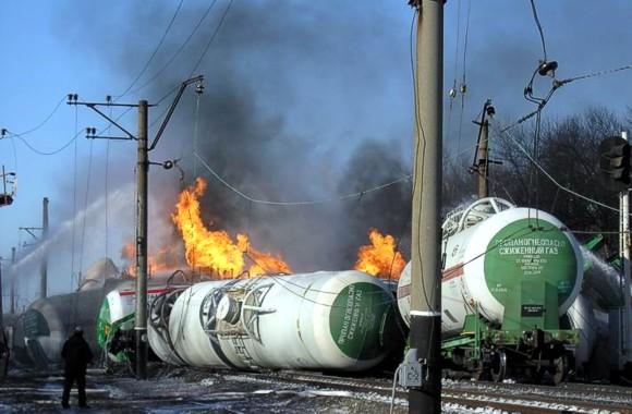 Крупная ж/д авария в Донбассе: Горят цистерны с газом