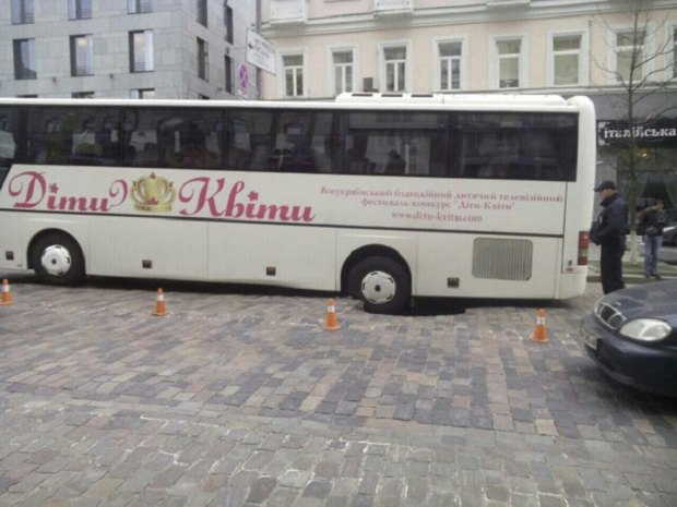 В Киеве возле дома мэра Кличко автобус с детьми провалился в яму