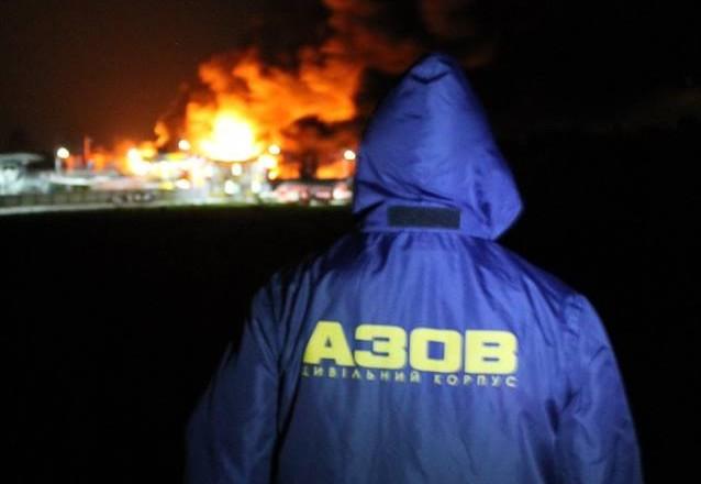 «Азов» взял под охрану периметр пожара на нефтебазе под Киевом