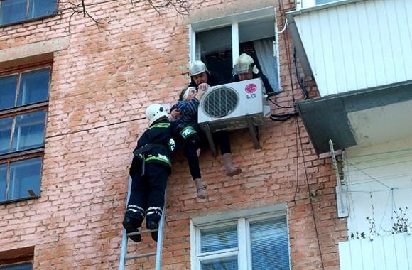 В Ровно 97-летнюю бабушку, выпавшую из окна 4-го этажа, от смерти спас кондиционер