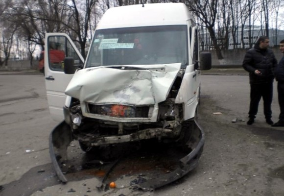 В Днепропетровске столкнулись маршрутка и грузовой микроавтобус: 10 пострадавших