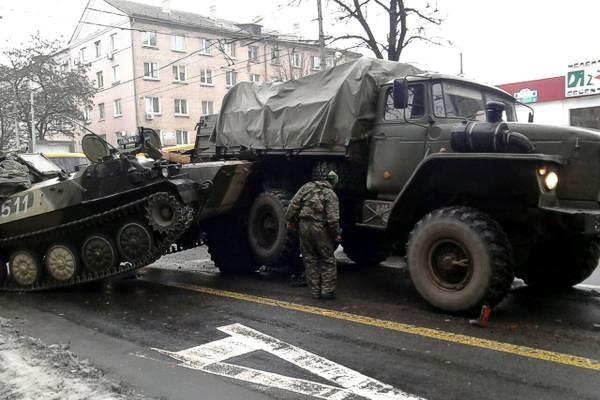 В Донецке террористы на военной технике устроили сразу два ДТП