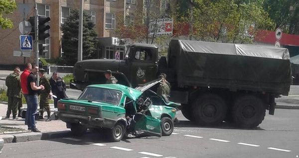 В Донецке боевики на «Урале» раздавили «Жигули»
