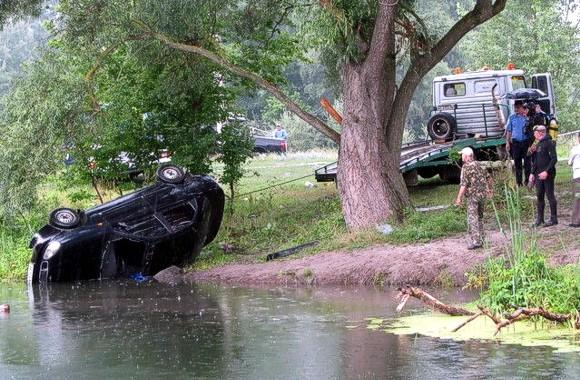 Харьковские спасатели подняли со дна реки иномарку с тремя погибшими
